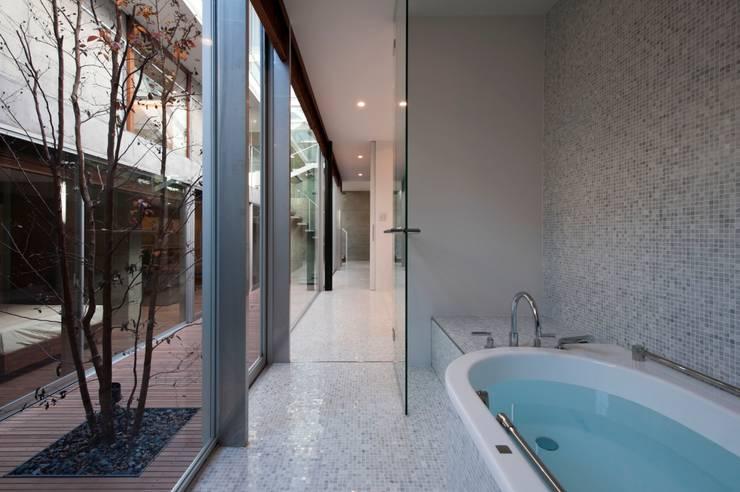 PATIO: Yaita and Associaesが手掛けた浴室です。