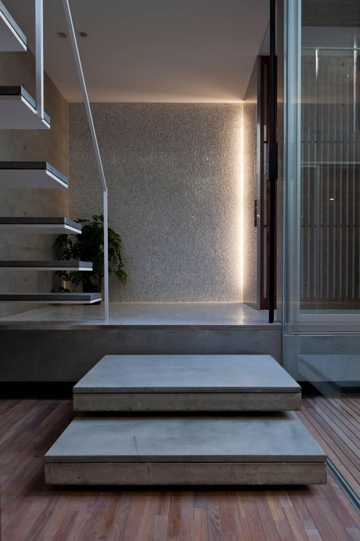 PATIO: Yaita and Associaesが手掛けた廊下 & 玄関です。