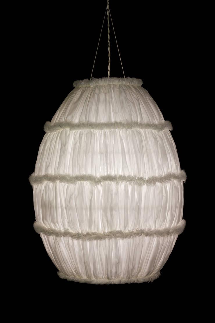 Cocoon: Soggiorno in stile  di Lamp Couture