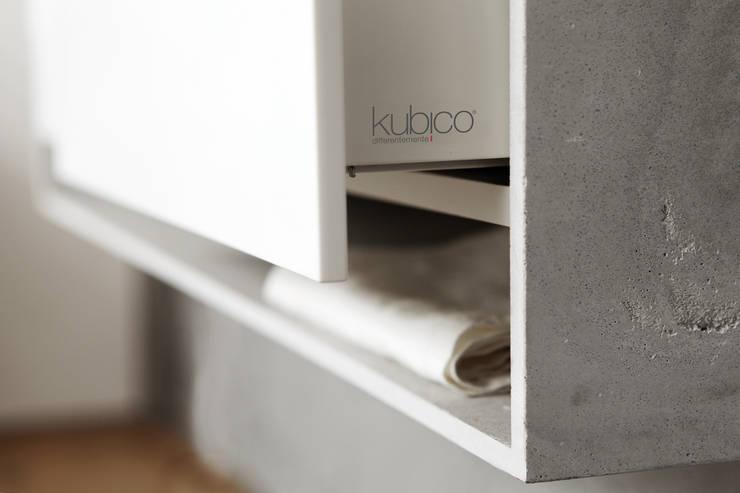 Kube, il primogenito della collaborazione fra delineodesign e Kubico: Bagno in stile  di DELINEODESIGN