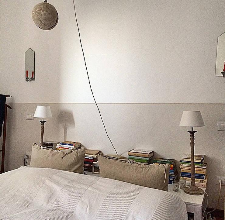 Camera padronale: Camera da letto in stile In stile Country di Arch. Silvana Citterio