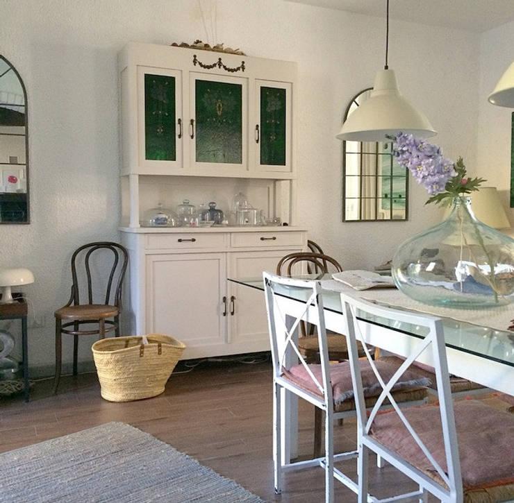 Ingresso e sala da pranzo: Sala da pranzo in stile In stile Country di Arch. Silvana Citterio
