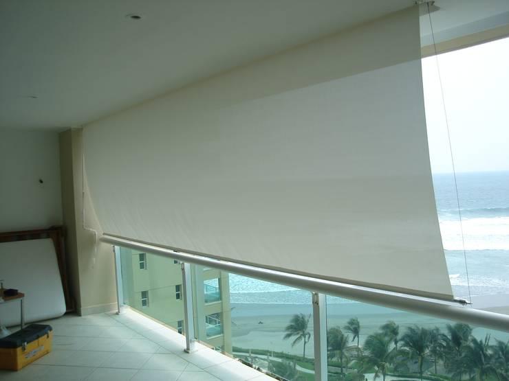 Toldo de caída vertical Balcones y terrazas modernos de Arquiindeco Moderno