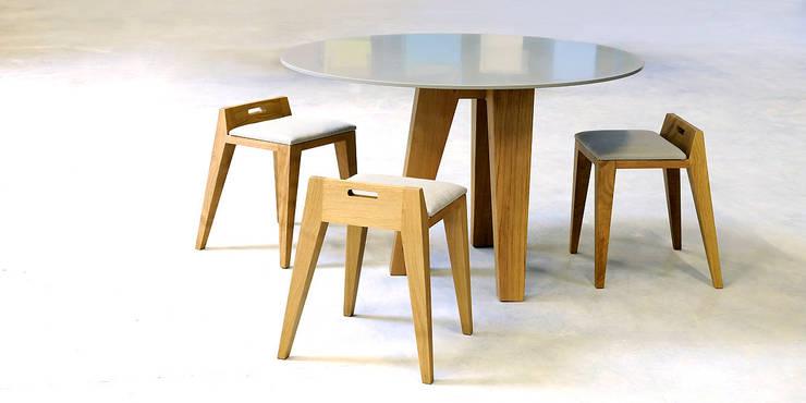 Table om3.0 et tabourets om16.2: Salle à manger de style  par mjiila