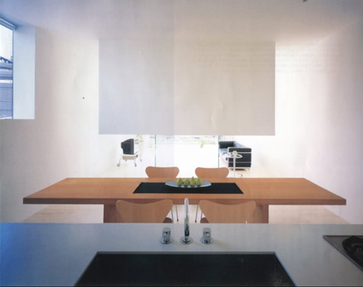 暖炉の家: Shinichi Ogawa & Associates / urbanist architectが手掛けたリビングルームです。