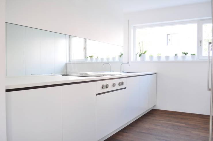Haus B - Regensburg:  Küche von brandl architekten . bda