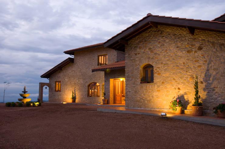 Serra Negra: Casas  por Tikkanen arquitetura