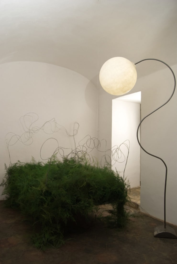 Luna piantana: Soggiorno in stile  di in-es.artdesign