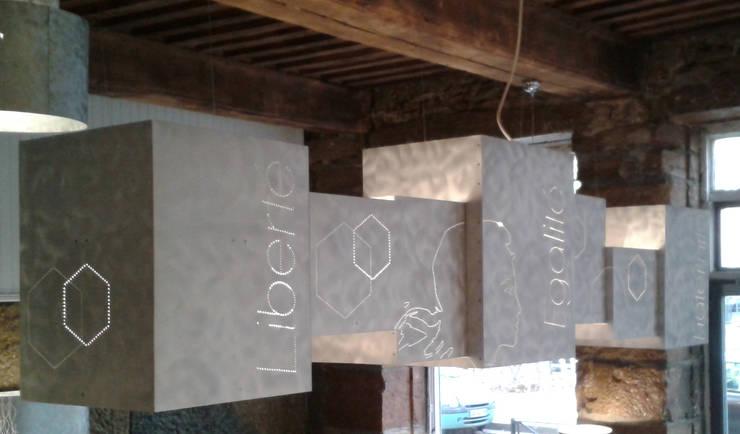 Suspension sur mesure: Bureau de style  par elsa somano objets lumineux