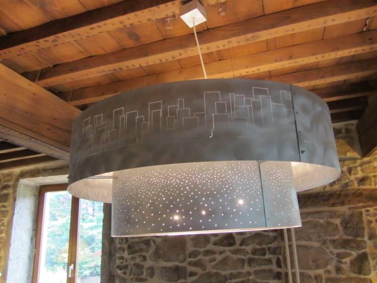 Suspension particulier: Salon de style de style Moderne par elsa somano objets lumineux