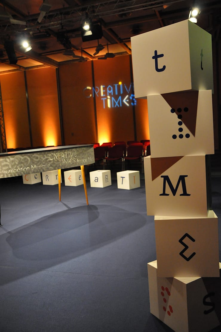 Table de communication: Bureau de style  par elsa somano objets lumineux