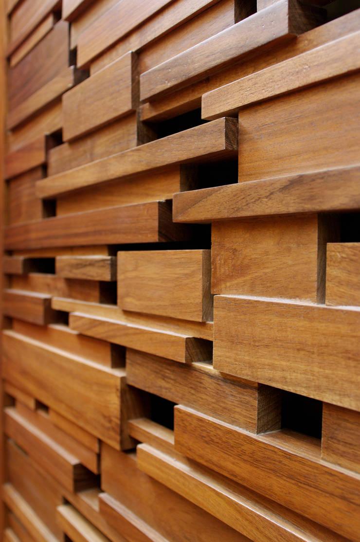 Detalle Carpintería: Pasillos y recibidores de estilo  por ArquitectosERRE