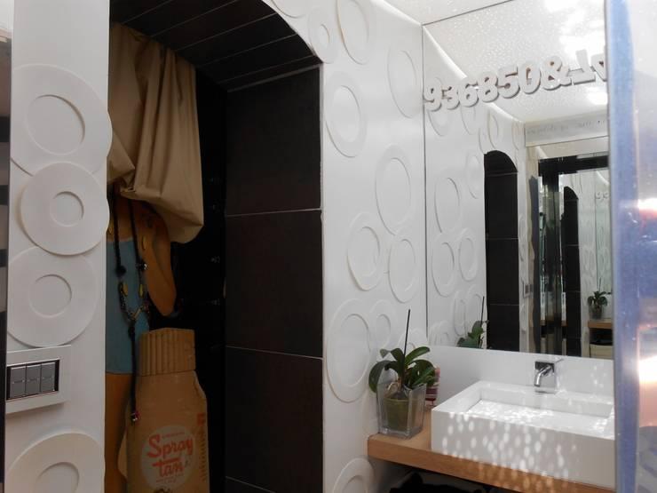 CASA CON PISCINA: Bagno in stile  di Rosa Vetrano Architetto,