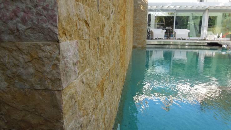CASA CON PISCINA: Piscina in stile  di Rosa Vetrano Architetto,
