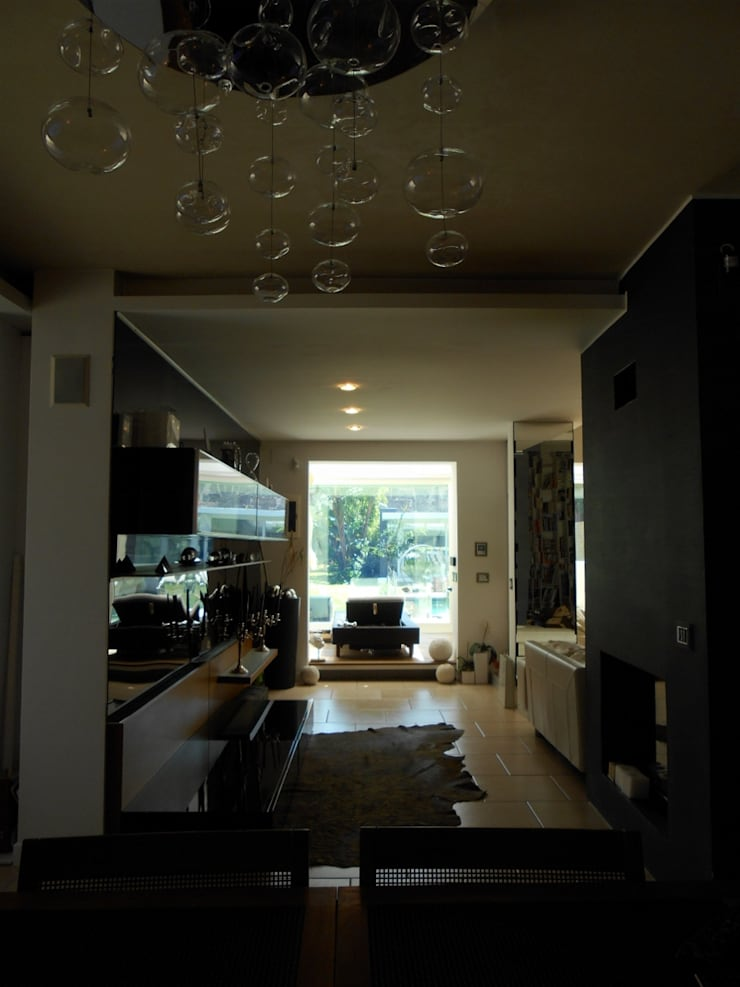 CASA CON PISCINA: Ingresso & Corridoio in stile  di Rosa Vetrano Architetto,