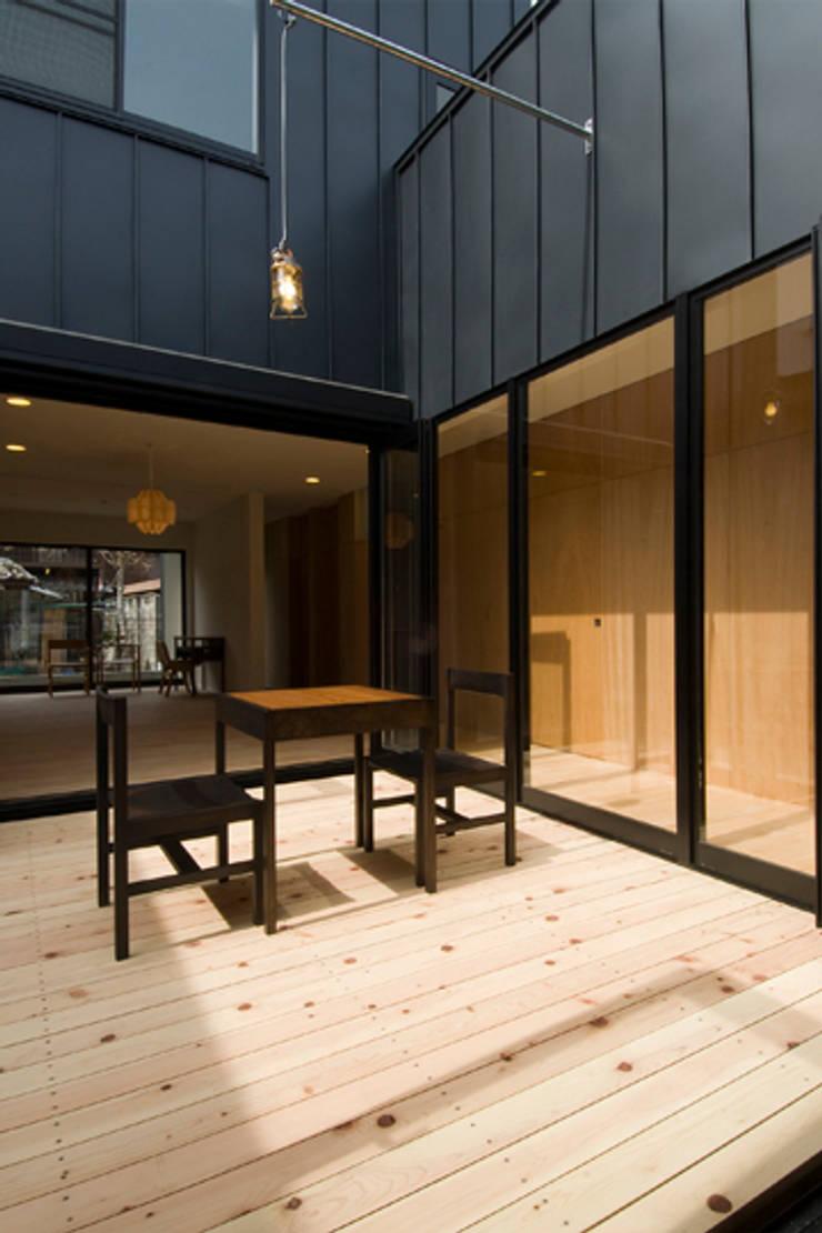 つながる家: スペースワイドスタジオが手掛けたテラス・ベランダです。