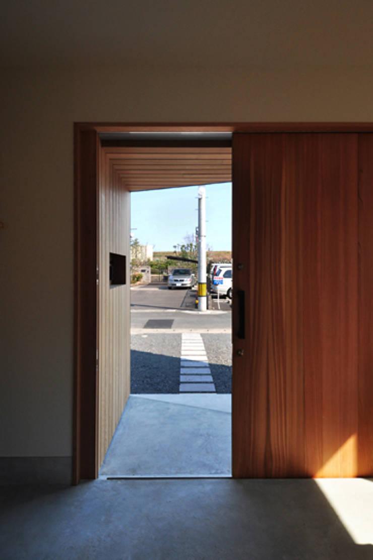 つながる家: スペースワイドスタジオが手掛けた廊下 & 玄関です。