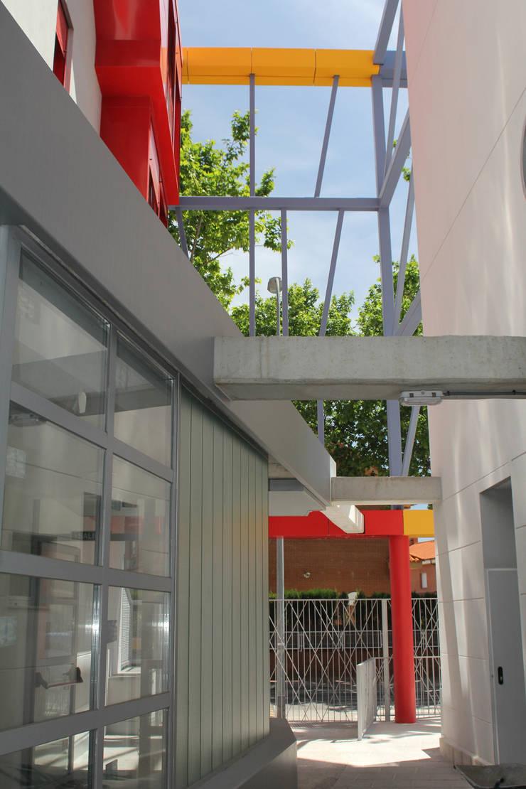 DOS EDIFICIOS PARA RESIDENCIA DE ESTUDIANTES EN ALCALÁ DE HENARES:  de estilo  de SdU9arquitectos