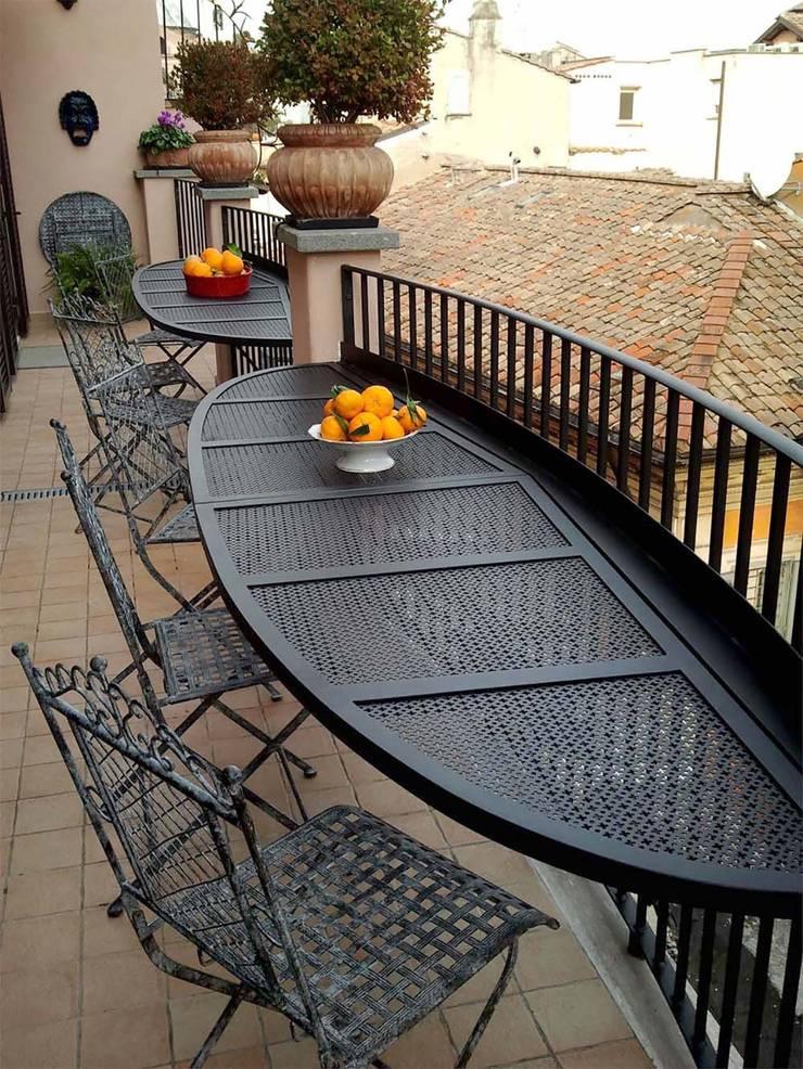 ARREDO ESTERNO: Balcone, Veranda & Terrazzo in stile  di Studio Tecnico Arch. Lodovico Alessandri,