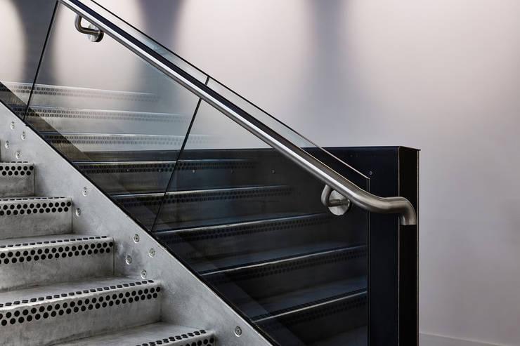 The Guntons Atrium:  Corridor & hallway by Hudson Architects