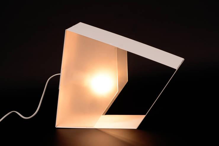LAMPE CERIZE: Maison de style  par SCE