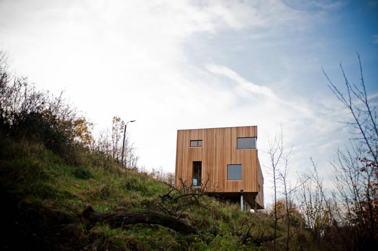 Maison P & B: Maisons de style  par Atelier Architecture Daniel Delgoffe