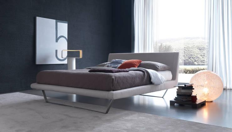 PLAZA: Camera da letto in stile  di Bolzanletti