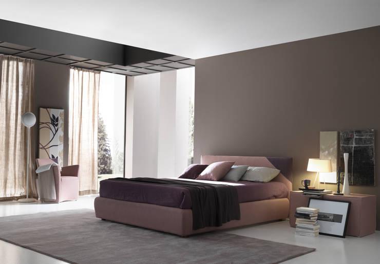 HELLO: Camera da letto in stile  di Bolzanletti