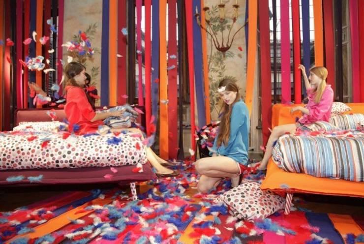 Natuzzi Italia Bed Collection launch with Vogue Italia.: Recámaras de estilo  por NATUZZI - Andares Guadalajara