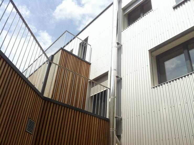 J HOUSE: Maisons de style  par Jean-Charles Robert Architecte