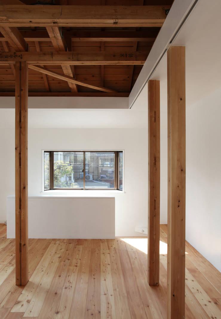 Living Room Salon moderne par kosuke sakai & associates Moderne