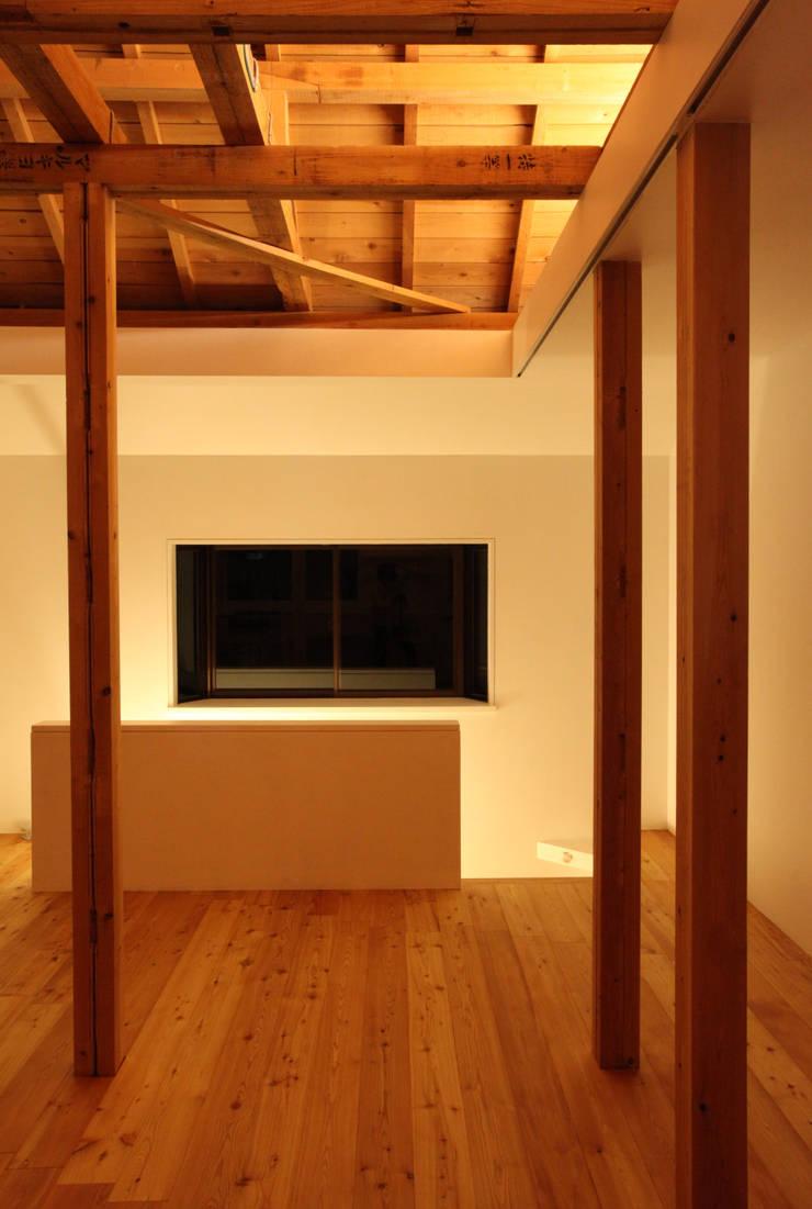 House K: kosuke sakai & associatesが手掛けたリビングです。,モダン