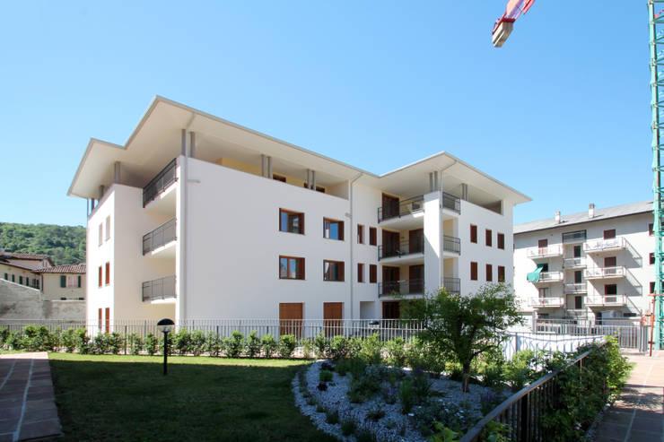 Complesso Villa Gardenia:  in stile  di Schiavi S.p.A.