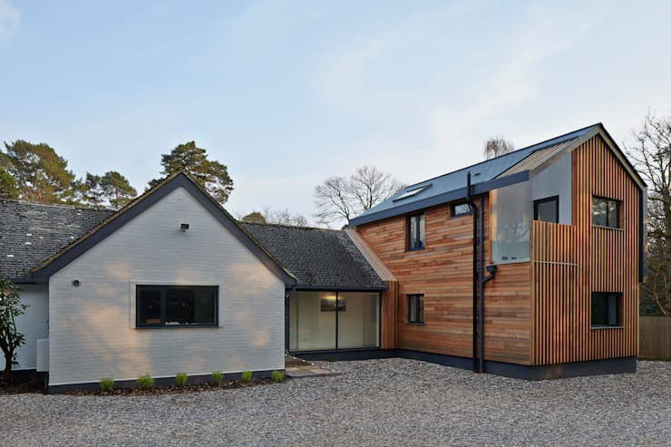House in Hiltingbury:   by LA Hally Architect