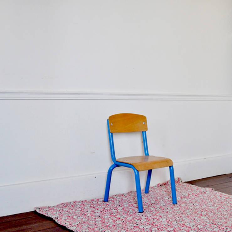 CHAISE MATERNELLE BLEUE: Chambre d'enfants de style  par LES ATELIERS ASSOCIES