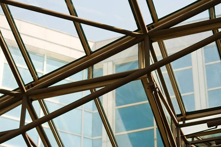 Centro Comercial Málaga Plaza: Oficinas y tiendas de estilo  de Asenjo y Asociados