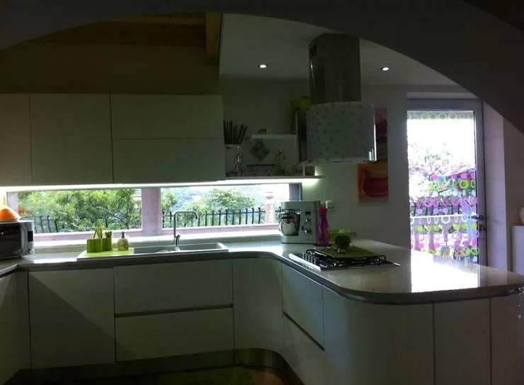 Cucina laccata lucida bianca di Saverio Ammendolia | homify