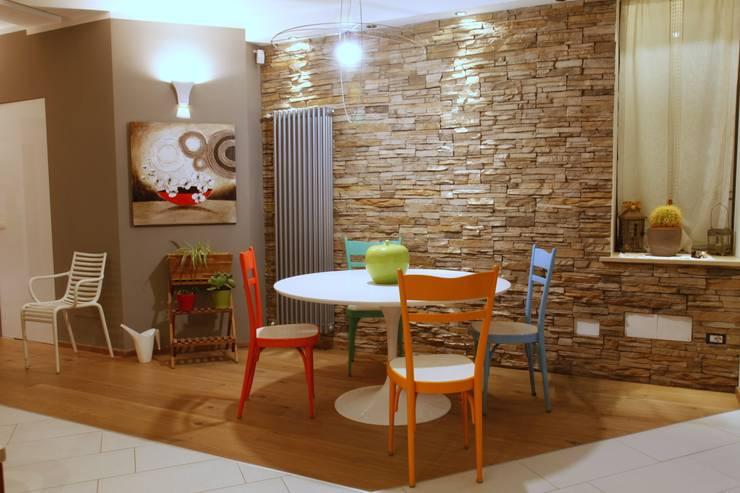 zona pranzo: Case in stile in stile Moderno di Architetto Monica Becchio