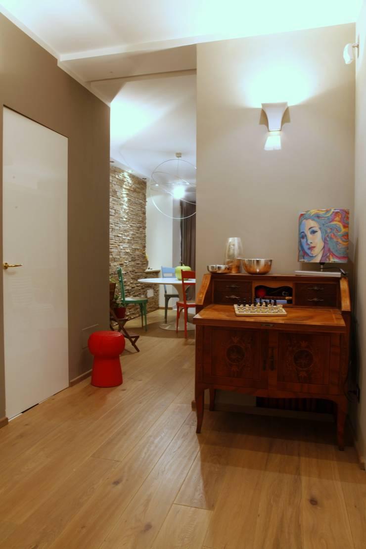zona disimpegno: Case in stile  di Architetto Monica Becchio, Moderno