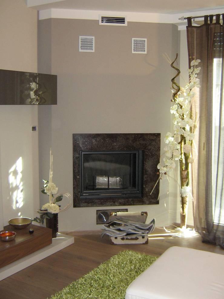 Salotto - area caminetto: Case in stile  di Architetto Monica Becchio, Moderno