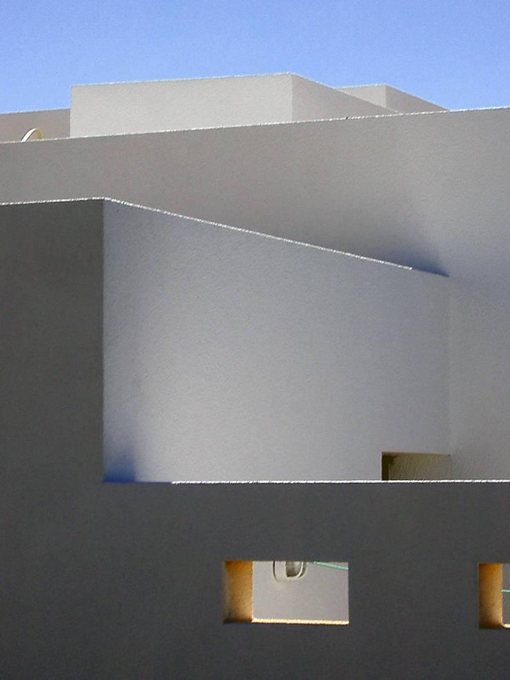VIVIENDA EN MENORCA- Illes Balears: Estudios y despachos de estilo  de CARLOS SERRA ARQUITECTO