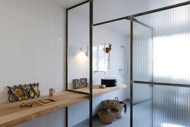 Réunification de deux appartements:  de style  par Nicolas Javel