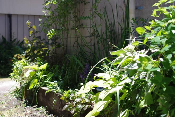 エントランスガーデン: Green Style Forestが手掛けた庭です。