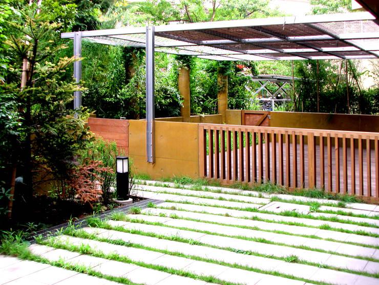 緑の環境の集合住宅 モダンな庭 の ユミラ建築設計室 モダン