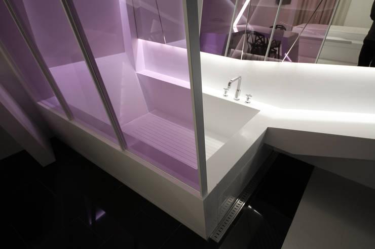Baños de estilo moderno de Seungmo Lim