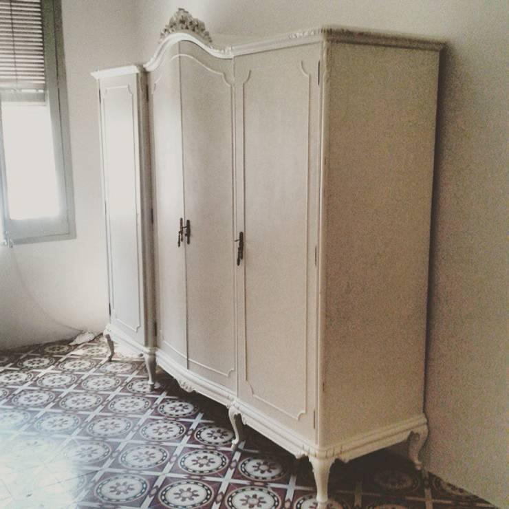 Armario: Dormitorios de estilo clásico de 7Vides 7VidesVimtage