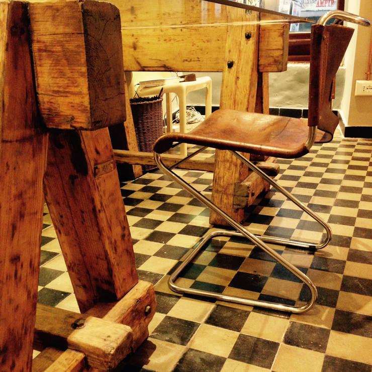 sedia in cuoio e metallo e cavalletti: Studio in stile  di CAMBIO STANZA