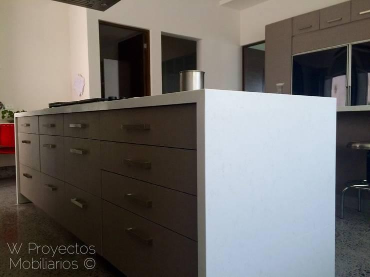 Isla Compac® Carrara de W Proyectos Mobiliarios Moderno