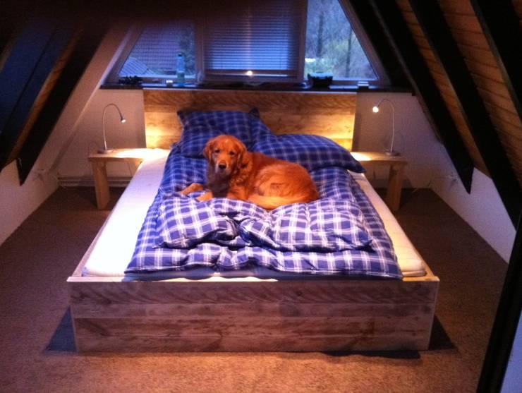 Dormitorios de estilo  por timberclassics  -  Bauholzmöbel - markant, edel, individuell