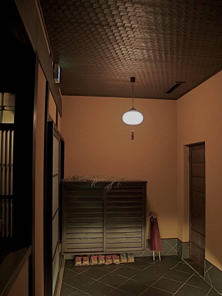 玄関内部:       古津真一 翔設計工房一級建築士事務所が手掛けた廊下 & 玄関です。,